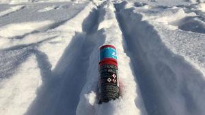 en dosa fluorvalla i snö