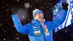 Iivo Niskanen Lahden MM-hiihtojen 15 kilometrin kisan palkintojenjaossa.