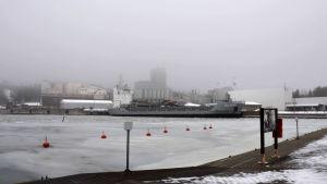 Industribyggnader i dimma.