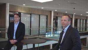 Mirkas Mats Sundell och Stefan Sjöberg sitter vid ett bord.