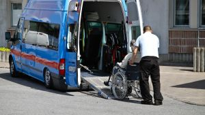 person i rullstol körs in i en invataxi