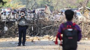 Demonstrationerna fortsätter på många andra håll i Myanmar än i Rangoon. Den här bilden togs i huvudstaden Naypyitaw på måndagen.