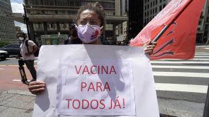 Demonstration mot president Jair Bolsonaro i Sao Paolo, Brasilien 8.3.2021, med en vädjan om vaccin för alla