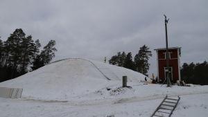 Stor snöhög. Snön sparas av skidåkare för att användas nästa säsong.