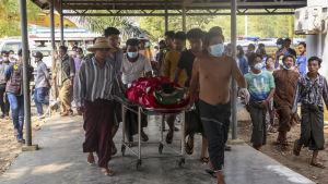 Här begravs en 21-åring som dödades i samband med att militären öppnade eld mot demonstranter i Mandalay 13.3.2021