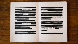 """Ett uppslaget anteckningsblock ligger på ett skrivbord där texten är delvis översträckad. Det som går att läsa är """"Språkpodden Näst sista ordet frågar, en odåga är i faggorna till syvende och sist""""."""