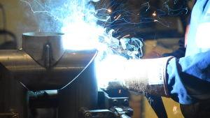 Tillverkning av delar till en ugn i fabrik.