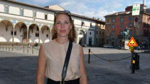 Turistguiden Veronica Blomkvist står på ett tomt torg i Florens