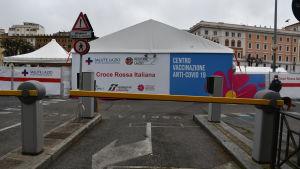 En rad tält uppställda på ett torg i Rom. Det är ett vaccineringscenter