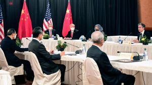 USA:s utrikesminister Antony Blinken talar med Yang Jiechi, ansvarig för utrikesärenden och Kinas utrikesminister Wang Yi