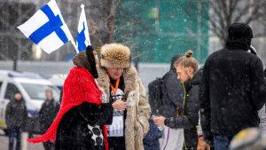 Mielenosoittajia kansalaistorilla Helsingissä.