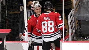 Kevin Lankinen gratuleras av Patrick Kane.