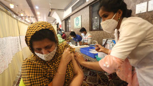 Dawoodi Bohra -yhteisön jäsen sai koronarokotteen Bhopalissa Intiassa. Intiassa aloitettiin yli 60-vuotiaiden rokottaminen maaliskuun alussa.