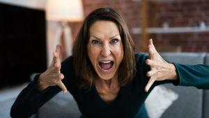 Rasande kvinna skriker in i kameran