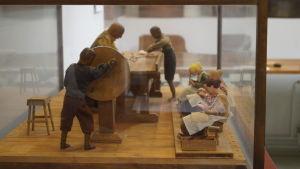 Miniatyr som visar hur arbetet på Strengbergs tobaksfabrik gick till.