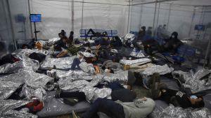 Ensamkommande migrantbarn har samlats i Donna, Texas. 30.3.2021