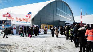 Människor köar till ett röstningsställe i Nuuk.