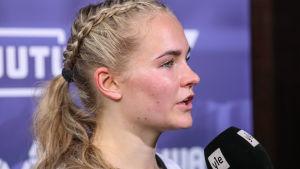 Hongan Dana Leskinen tv-haastattelussa kaudella 2020.