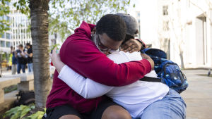 Två personer kramas på Black lives matter i Washington.