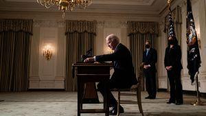 Joe Biden skriver under ett dokument om klimatåtgärder 27.1.2021
