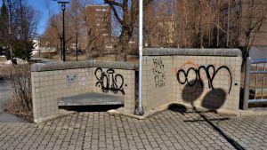 Klottrad betongmur i Karleby.