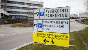 Esbo sjukhus, infotavla som visar vägen till förlossningsavdelningarna