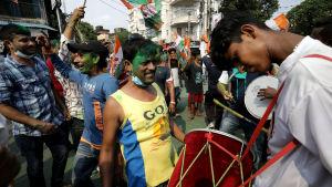 TMC-anhängare dansade och spelade då de firade segern i delstatsvalet i delstatshuvudstaden Kolkata på söndagen.