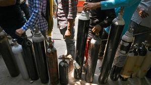 Människor köar för att få sina syrgasflaskor påfyllda i New Delhi 5.5.2021