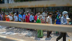 Människor köar för vaccin i Bombay den 4 maj 2021