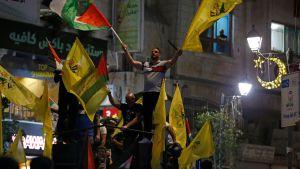 Palestinier demonstrerar i Ramallah för att visa sin solidaritet med palestinska familjer som hotas av vräkning i Sheikh Jarrah i östra Jerusalem