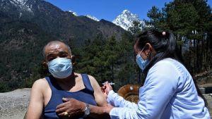 En man får vaccinet Covishield (Oxford-Astra Zenecas vaccin som tillverkas i Indien) i Lukla i Nepal 23.4.2021