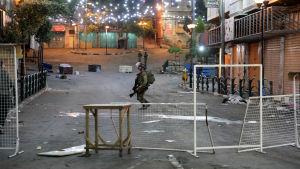 En soldat rör sig i Hebron, där israleliska och palestinska säkerhetsstyrkor drabbat samman