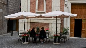 Det historiska caféet Fabriano har öppnat uteservering på andra sidan gatan för att kunna fortsätta sin verksamhet.