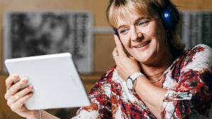 Bild av Camilla Kivivuori som är radioprogrammet Tongåvans programvärd.