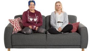 Sohvaperunat Kati ja Mari istuvat sohvalla.