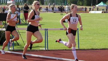 Tre löpare springer efter varandra.
