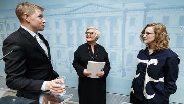 Paul Tiensuu och Emilia Korkea-aho överlämnade rapporten till kommun- och reformminister Anu Vehviläinen (C) i Helsingfors i dag.