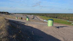 Gröna rör går tiotals meter ner i den gamla soptippen för att samla upp deponigas.