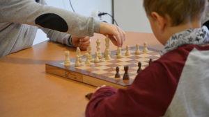 Eftisbarn spelar schack.