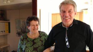 Gustav och Margareta Wikström från Nickby jobbar på att samla in möbler för flyktingar