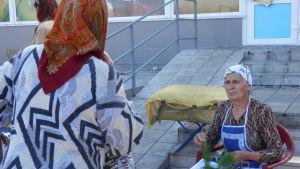 Jekaterina säljer dill på torget i byn Gora.
