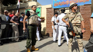 Soldater utanför en vallokal i Kairo måndagen den 26 maj.