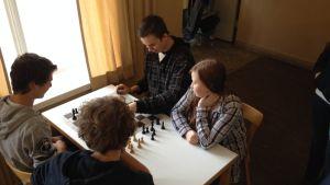 Gymnasister spelar schack i Lovisa gymnasium