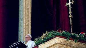 Påven Franciskus håller sitt traditionella tal Urbi et Orbi på juldagen 2015.