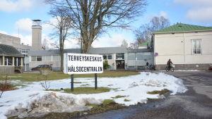 Skylt vid Hangö hälsostation.