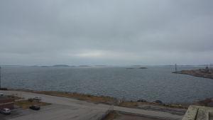 Vågbrytaren byggs från huset i nedre hörent till sjömärket på ändan av udden.
