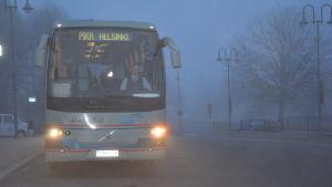 En snabbtursbuss startar från Ekenäs mot Helsingfors.