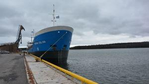 Båt förtöjd vid Inkoo Shippings egen hamnbassäng.