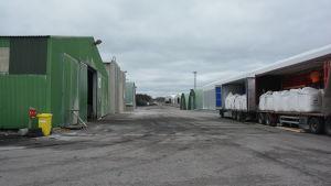 Lagerhallar på Inkoo Shippings område i Ingå hamn.