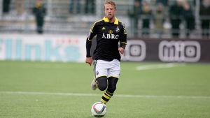 Daniel Sundgren löper med bollen.
